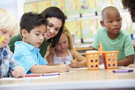 Groep van elementaire leef tijd kinderen in de kunst klasse Met Leraar Stockfoto