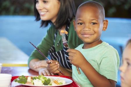 escuelas: Los alumnos de primaria de disfrutar del almuerzo saludable en la cafeter�a Foto de archivo