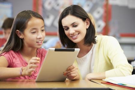 교사와 디지털 태블릿을 사용하여 클래스에서 학생들