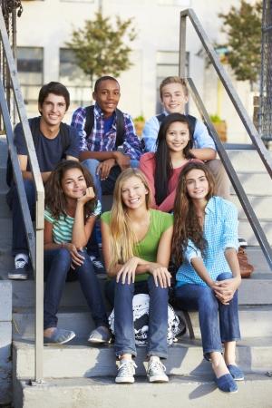Grupo de adolescentes alumnos fuera de clase