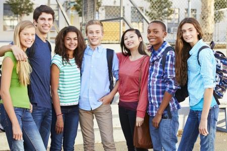 Gruppo di alunni adolescenti fuori dall'Aula
