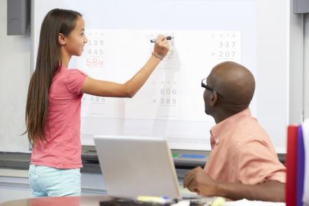 tutor: Escritura del estudiante femenino Respuesta En Whiteboard