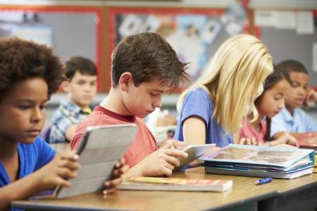 schoolchild: Leerlingen in de klas met behulp van Digital Tablet Stockfoto