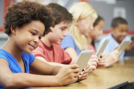 salle de classe: Les �l�ves en classe � l'aide tablette num�rique