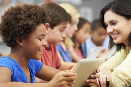 salle de classe: Les �l�ves en classe � l'aide tablette num�rique avec le professeur
