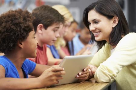 sch�ler: Sch�lerinnen und Sch�ler in der Klasse mit digitalen Tablet mit Lehrer