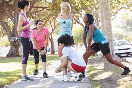 hacer footing: Grupo de Mujeres Runners calentamiento antes de ejecuci�n
