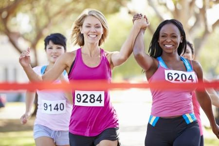 一緒にレースを終えた 2 人の女性ランナー 写真素材