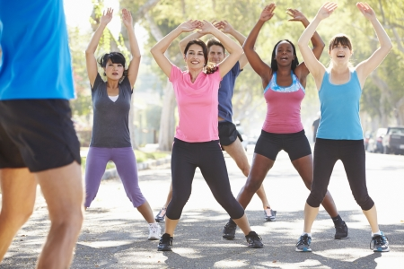 motion: Grupp av människor Träning Street med personlig tränare Stockfoto