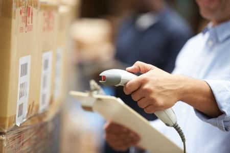 Worker Scanning-Paket In der Lager Standard-Bild - 24490221