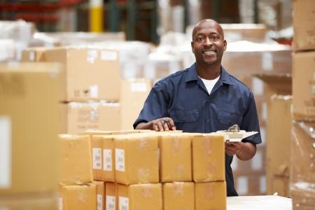 obrero trabajando: Trabajador en almac�n Preparar las expediciones