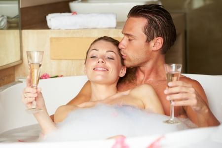 Пара расслабиться в ванной пить шампанское вместе Фотография ...
