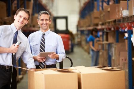 managers: 디지털 태블릿 및 스캐너와 함께 상자를 선택 기업인 스톡 사진
