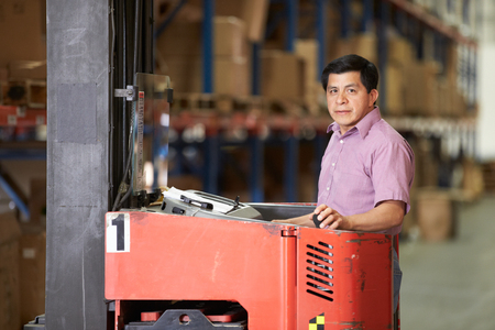 lift truck: Hombre que conduce Tenedor Lift Truck En Almac�n