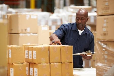 Arbeider In Pakhuis Voorbereiden de zendingen Stockfoto
