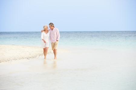 pareja abrazada: Rom�nticos que recorren Pares mayores en Hermosa Beach Tropical