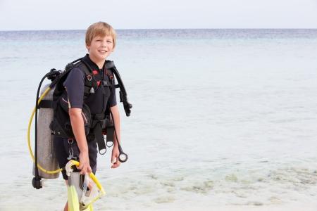 aqualung: Ragazzo Con Scuba Diving Equipment Godendo Beach Holiday