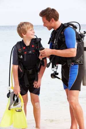 Padre e figlio con Scuba Diving macchinario Beach Holiday photo