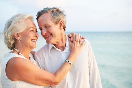 ancianos caminando: Senior pareja de casarse en ceremonia Beach
