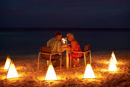 야외 레스토랑에서 늦은 저녁 식사를 즐기고 수석 커플 스톡 콘텐츠