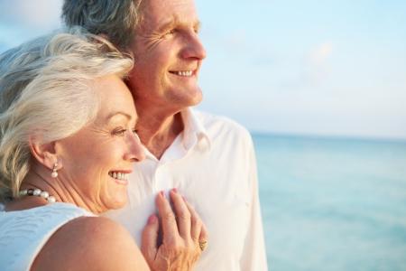 parejas caminando: Senior pareja de casarse en ceremonia Beach