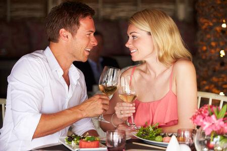 casal: Pares que apreciam a refei Imagens