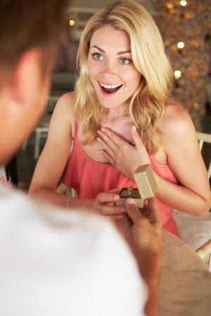 anillo de compromiso: Hombre que propone a la mujer en restaurante