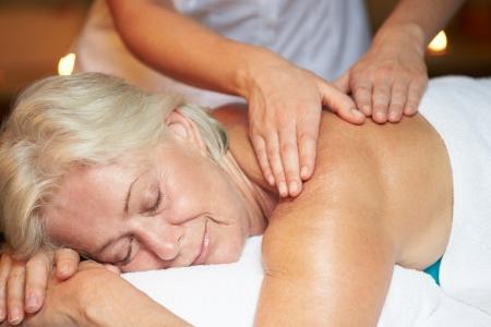 masaje: Mujer mayor que tiene masaje en balneario