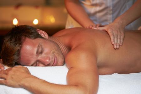 homme massage: Homme ayant un massage au spa