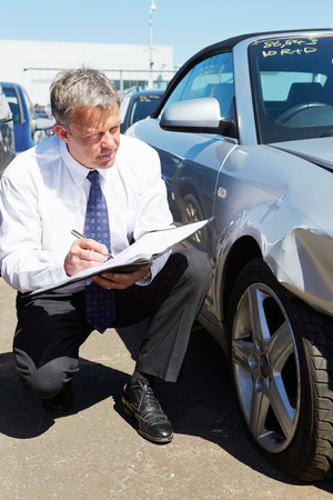 Loss Adjuster Inspecting Car Involved In Accident Imagens