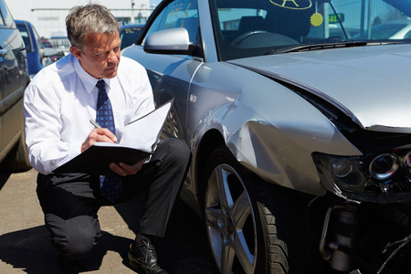 Loss Adjuster Inspecting Car Involved In Accident Stok Fotoğraf