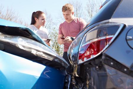 2 つのドライバーの事故の後の保険の詳細を交換します。