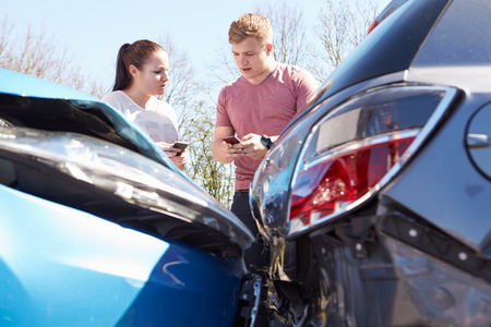 Two Drivers Exchange Insurance Details After Accident Reklamní fotografie - 28154932