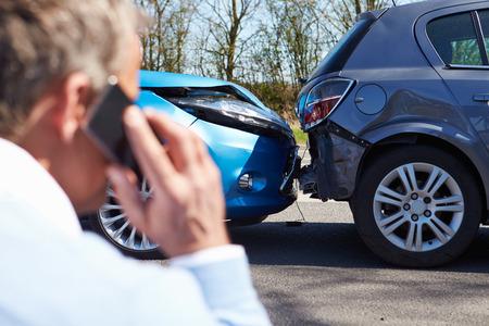 accidente transito: Making Conductor Phone Call Despu�s de Accidentes de Tr�nsito Foto de archivo