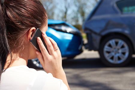 교통 사고 후 여성 드라이버 만들기 전화 스톡 콘텐츠