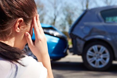 Motorista estressada sentado à beira da estrada após acidente de trânsito