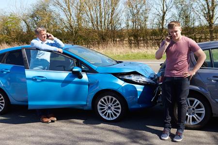 Chauffeurs die Telefoongesprek na verkeers ongeval Stockfoto