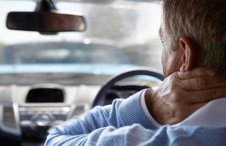 chofer: Conductor sufriendo de latigazo cervical Despu�s de Colisi�n de Tr�fico Foto de archivo