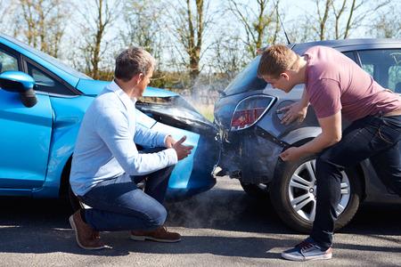 Zwei Fahrer Streiten nach Verkehrsunfall Standard-Bild