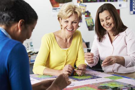 Groep Vrouwen maken Quilt Samen