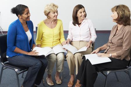 femme assise: Groupe des femmes � Book Club