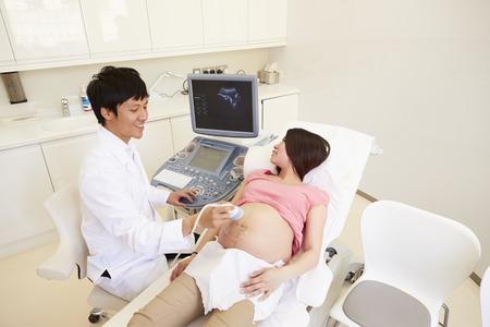 ultrasound scan: Pregnant Woman Having 4D Ultrasound Scan