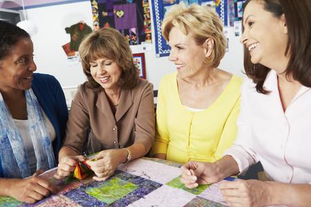 Groep vrouwen die Quilt Samen