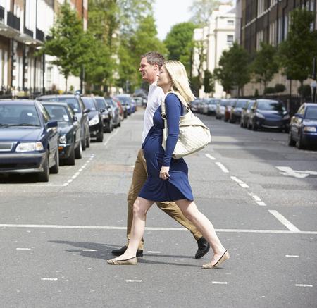 Pares con esposa embarazada Crossing City Road