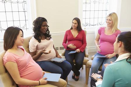 mujeres embarazadas: Las mujeres embarazadas reuni�n en la Clase prenatal Foto de archivo