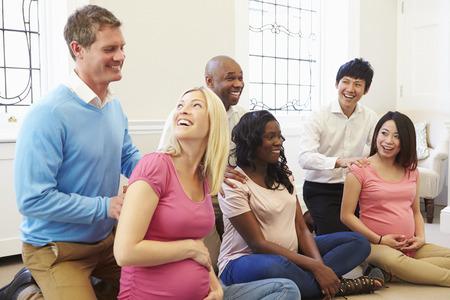 embarazada feliz: Parejas Asistir Ante Natal Clase Juntos