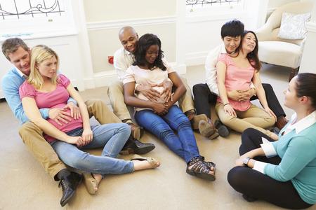 homme enceinte: Couples Participer Ante Natal Classe Ensemble