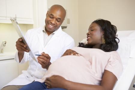 妊娠中の女性の医者によってアンティ ナタール チェックを与えられています。