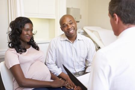mujeres negras: Pareja Reuni�n Con Obstetra En Cl�nica