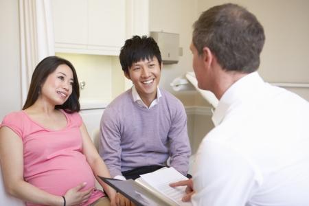Paar Treffen mit Geburtshelfer in Klinik photo